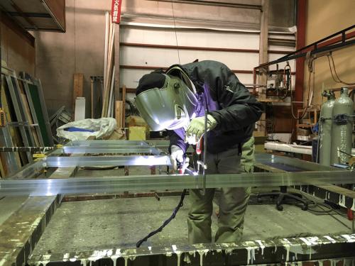 ファサード・壁面看板施工事例写真 愛知県 作業中 看板の土台になるアルミ枠も自社製作