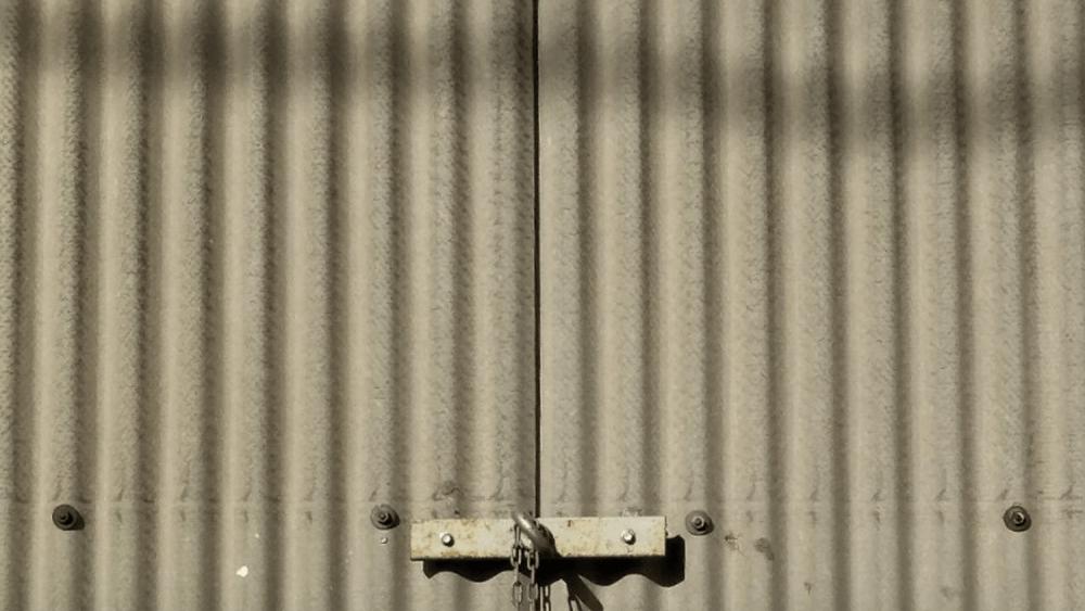 工場のスレート壁面