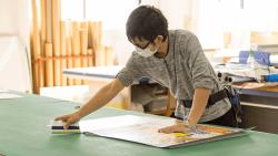 アルミ複合板でプレート看板を製作-貼り作業