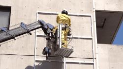 コンクリートの壁面にファサード看板や壁面看板を取り付ける方法