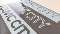 車や窓ガラスに貼れる!カッティングシートで切り文字ステッカーを作成する方法