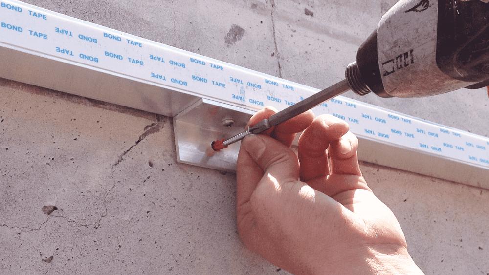 プロ直伝!ALC壁面にプレート看板を取付ける方法-アングルピースをつける