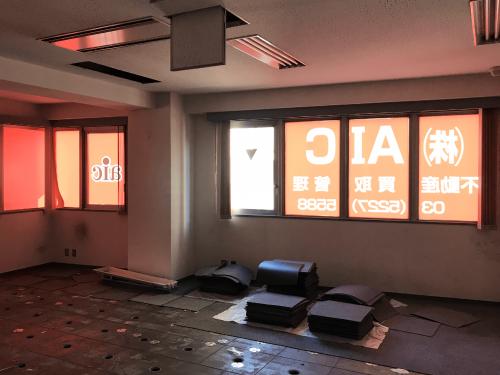ウィンドウサイン・窓ガラス看板施工事例写真 東京都 バックライトシート(乳半塩ビシート)を使用することで室内に光が入ります