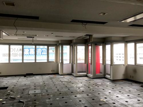 ウィンドウサイン・窓ガラス看板施工事例写真 東京都 作業はガラス清掃からスタートです
