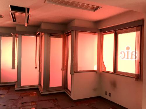 ウィンドウサイン・窓ガラス看板施工事例写真 東京都 ガラス清掃後インクジェット出力シートを水貼りします