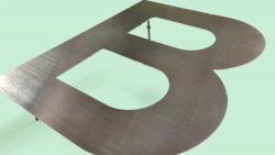 【ステンレス切文字】素材の特徴とイメージに合った表面加工の選び方