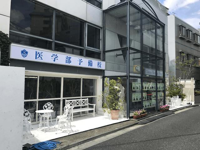 ファサード・壁面看板施工事例写真 東京都 既存内照式看板の表示面が汚れてきたため新しい表示面に交換希望のお問合せです