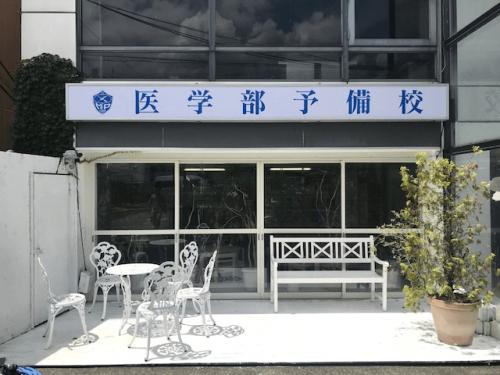 ファサード・壁面看板施工事例写真 東京都 やっぱり新しい表示面はいいですね、白が眩しいです