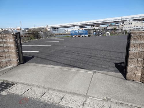 路面シート看板施工事例写真 愛知県 道へ出る前に車が一時停止する場所へ、注意喚起の道路標示をご希望でしたので、車両タイヤの据え切りに対応したスリーエム社のペイントフィルム(CPG-Ⅱ)をご提案させていただきました