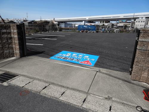 路面シート看板施工事例写真 愛知県 アスファルト面にコーポレートカラーがよく映えた、視認性の高い路面標示に仕上がりました