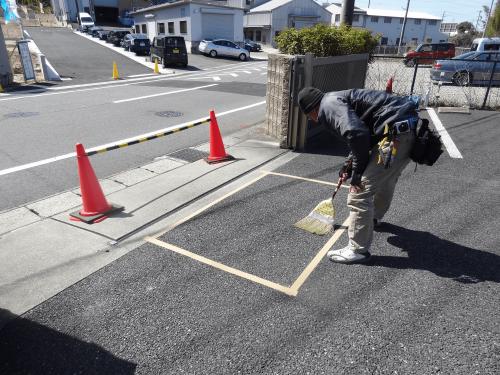 路面シート看板施工事例写真 愛知県 まずは、位置決めをして念入りに掃除をします