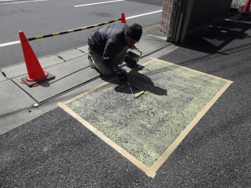 路面シート看板施工事例写真 愛知県 専用の接着剤を全体にまんべんなく塗ります