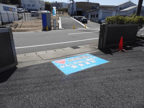 路面シート看板施工事例写真 愛知県 予め位置決めした位置にずれないように貼り付けます