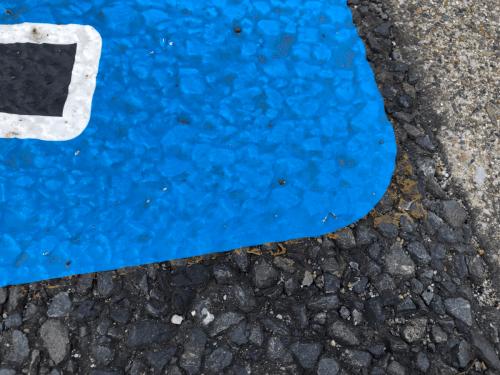 路面シート看板施工事例写真 愛知県 アスファルトの形状によっては、穴が開くがあります