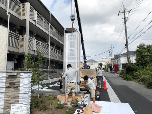 タワーサイン・自立看板施工事例写真 東京都 タワーサインを移動式小型クレーン車で吊り所定の位置に建てます