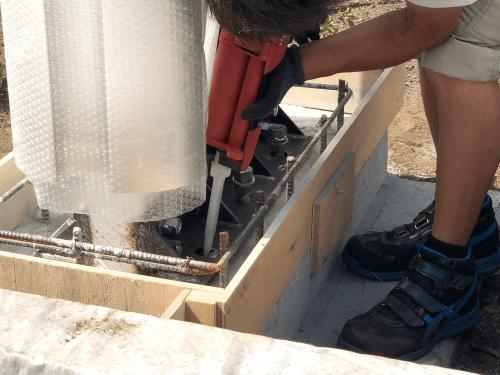 タワーサイン・自立看板施工事例写真 東京都 2液性のケミカルアンカーを注入しアンカーボルトを挿入します