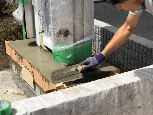タワーサイン・自立看板施工事例写真 東京都 根巻き部分にコンクリートを流しコテで均し、FFの表示面を取付け後日型枠を外したらタワーサインは完成です
