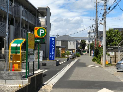タワーサイン・自立看板施工事例写真 東京都 店舗手前からも良く目立つ看板に仕上りました。写真で見るより実物は本当に視認性が良い看板です