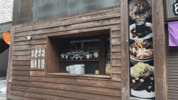 気になる看板見つけた!職人かわむら看板探検記「ひっそり感と木の雰囲気がかわいい飲食店の外観デザイン」