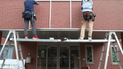 箱文字・切文字看板施工事例写真 愛知県 両端に脚立を設置し足場を置を作ります
