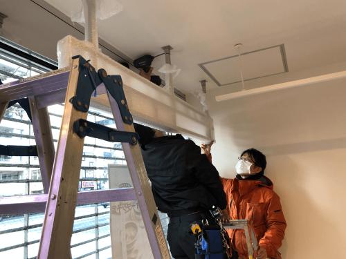 ファサード看板・壁面看板・箱文字・切文字看板施工事例写真 東京都 LED内照式天吊り看板施工事例写真 東京都 ベース部分をしっかり固定し予めステンレスフレームに組み込んだ看板本体を取付ます。