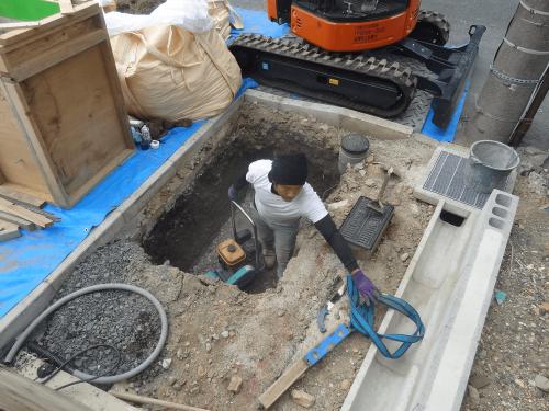 自立・タワーサイン看板施工事例写真 愛知県 穴掘りが終わったら砕石を転圧します