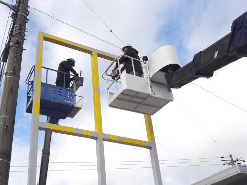 タワーサイン・自立看板施工事例写真 愛知県 面板を撤去したら鉄骨部分をイエローからグレーに塗装を行います