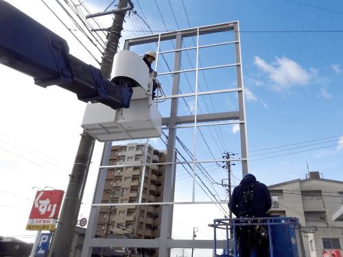 タワーサイン・自立看板施工事例写真 愛知県 塗装完了後アルミ複合板の分割に合わせて製作したアルミ枠を鉄骨に取付します
