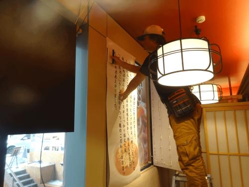 インクジェット出力シート MCS保証プログラム看板施工事例写真 愛知県 貼付け場所の位置を合わせ剥離紙を少しづづ剥がしながら貼付けます