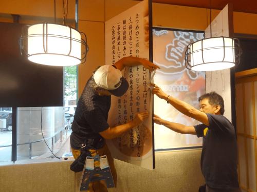 インクジェット出力シート MCS保証プログラム看板施工事例写真 愛知県 扉の中央部分は画像の合わせが必要なため画像のズレがないよう慎重に貼付け位置を調整します