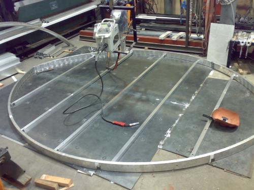 ファサード・壁面看板施工事例写真 愛知県 床に原寸のラインを書き原寸のラインに合わせ調整しながら溶接を進めます