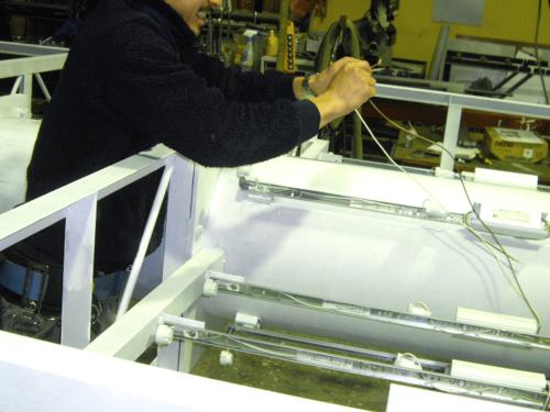 タワーサイン・自立看板施工事例写真 愛知県 内照式のため光源となる電材を組込みます