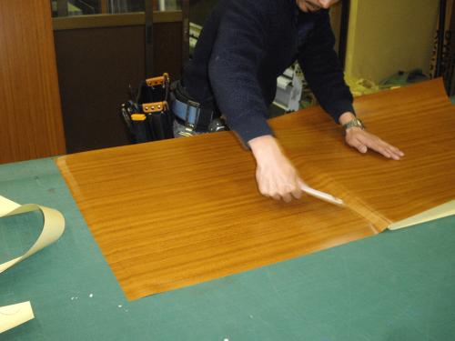 タワーサイン・自立看板施工事例写真 愛知県 表示面の側板は木目調の意匠のためダイノックシートを貼り仕上ていきます
