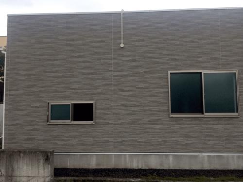 ファサード・壁面看板施工事例写真 静岡県 今回は天井裏の高さも低く、点検口もなく天井裏に入っての配線工事が出来ないため、 一旦店舗裏側に配線を出し屋根上を通して看板まで配線を引き回しました