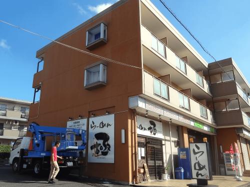 ファサード・壁面看板施工事例写真 愛知県 鉄筋コンクリートの壁面にペイントフィルムを貼ります