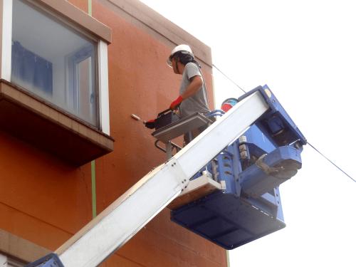 ファサード・壁面看板施工事例写真 愛知県 専用プライマーは塗布する場所によってローラー、刷毛を使い分けて作業を行います